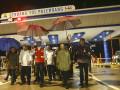 Presiden Joko Widodo (tengah) didampingi Menteri BUMN Rini Soemarno (kedua kanan), Menteri PUPR M. Basuki Hadimuljono (kedua kiri), Seskab Pramono Anung (kiri) dan Gubernur Sumatera Selatan Alex Noerdin (ketiga kanan) meninjau gerbang tol Palembang saat peresmian jalan tol Sumatra ruas Palembang-Indralaya (Palindra) Seksi I di Desa Ibul Besar, Pemulutan, Ogan Ilir (OI), Sumatra Selatan, Kamis (12/10). Presiden Jokowi meresmikan Jalan tol Sumatera ruas Palembang-Indralaya (Palindra) seksi I Palembang-Pemulutan sejauh 7 km dan meminta pihak pengelola untuk menggratiskan sampai akhir tahun 2017.(Antara Sumsel/Nova Wahyudi/dol/17)