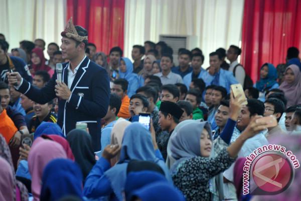 Mahasiswa berebut selfi bersama AHY di Palembang
