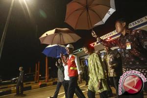 Jokowi naik truk pantau pembangunan jalan tol