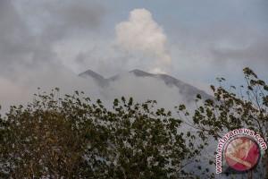 Abu vulkanik Gunung Agung ke arah Lombok