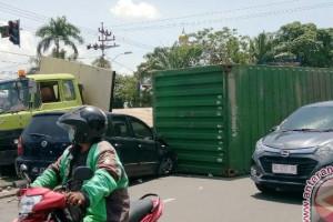 Peti kemas kembali jatuh menutup jalan akses PTC-Pusri