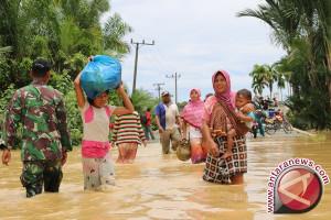 Ratusan warga terjebak banjir terancam kelaparan