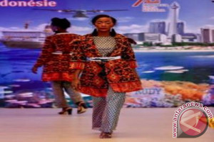 Pragawati Senegal peragakan busana batik dan tenun