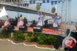 Karnaval angsoduo menampilkan keberagaman etnik