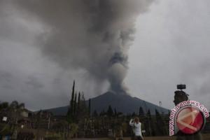 Sepertiga kawah Gunung Agung sudah terisi lava