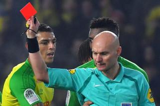 Wasit Prancis diskors sementara karena menendang pemain