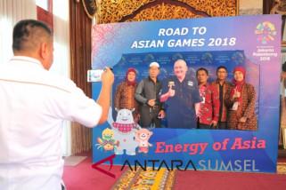 Sejumlah Tamu Berfoto di Photobooth Asian Games