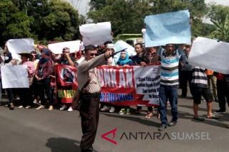 Ratusan massa datangi kantor Bupati OKU