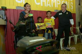 Manajemen Sriwijaya FC serahkan motor ke penggemar