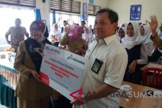 Pertamina bantu 20 unit komputer SMPN 54 Palembang