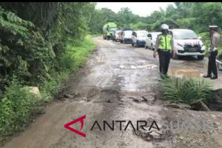 Jalan Bukittinggi-Pasaman terganggu material longsor