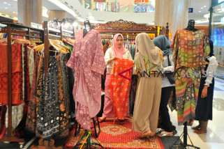 Produk UKM di Palembang Fashion Week