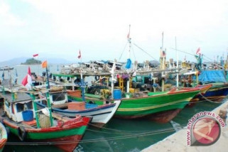 Nelayan siapkan kapal penghalau trawl