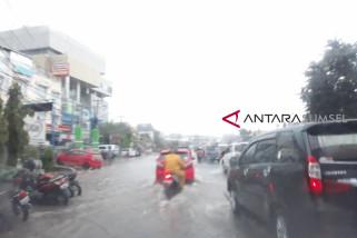 Pasaman Barat di landa banjir akibatnya antrean panjang kendaraan di jalan raya