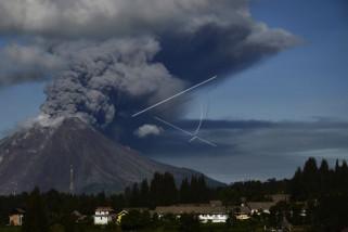 Gunung Sinabung semburkan  material vulkanik