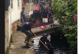 Pejabat Pemkot Palembang gotong royong bersama warga