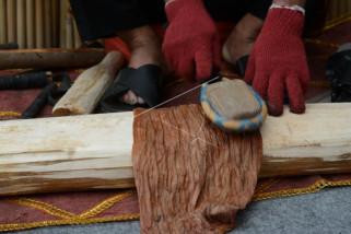 Begini caranya membuat kain dari kulit kayu khas suku Kulawi