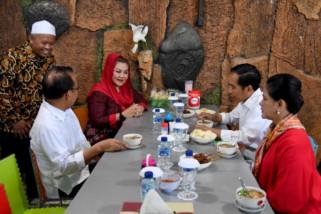 Presiden dan Ibu Iriana awali makan soto ayam khas Semarang