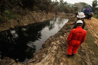 Petugas awasi saluran pembuangan cairan minyak ilegal dari lubang ledakan