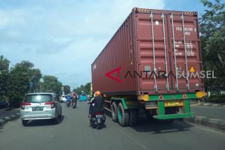 Truk Kontainer Melintas di Jalan Protokol Kota Palembang