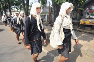 Warga Badui Dalam berjalan kaki menuju upacara Seba Badui
