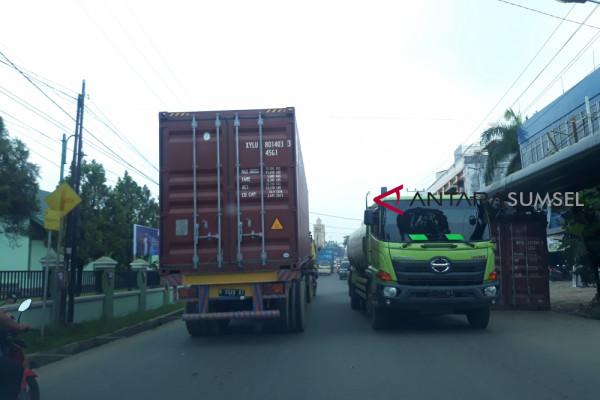 Truk tronton bahayakan pengguna jalan
