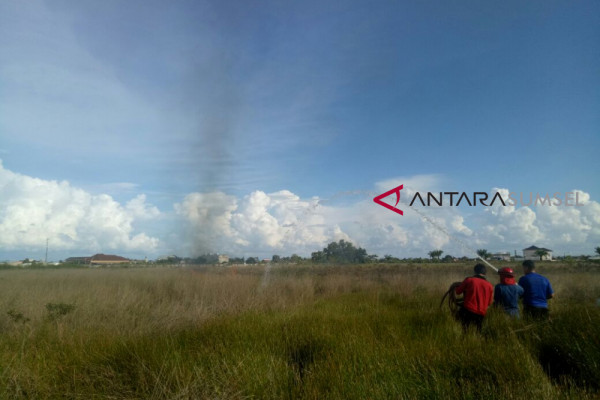 Kebakaran lahan kosong di Jakabaring