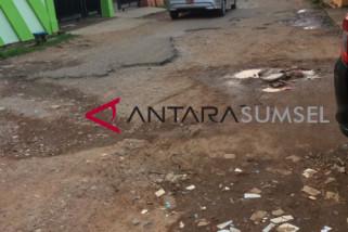 Ruas jalan provinsi Baturaja-Ranau rusak berat