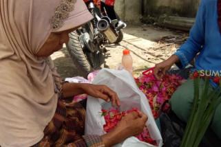 Nurhayati 30 tahun berdagang bunga ziarah makam