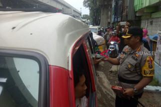 Polresta Palembang bagi 500 paket takjil di jalan
