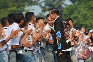 Jokowi bagi bagi buku saat pawai