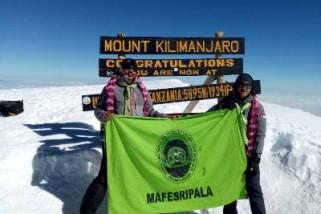 Mahasiswa Unsri bentangkan 'jumputan' di Puncak Kilimanjaro Afrika