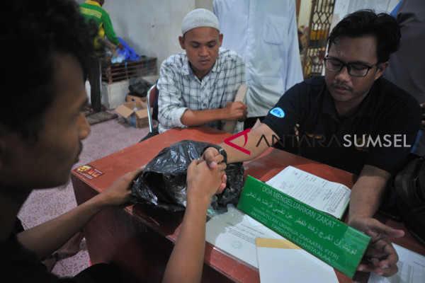 Pembayaran zakat fitrah di Masjid Agung Palembang