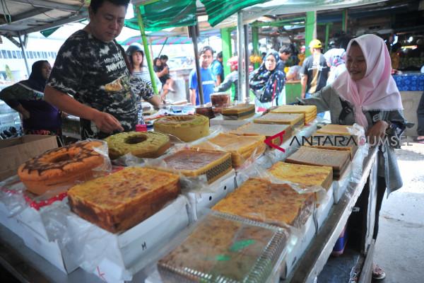Penjual kue basah tradisional musiman di pasar cinde