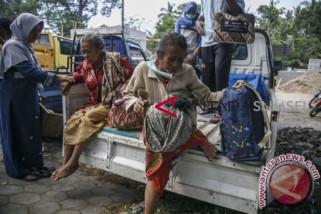 Puluhan warga lereng Merapi bertahan di pengungsian
