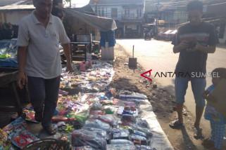 Pedagang mainan pinggir jalan raup untung lebaran