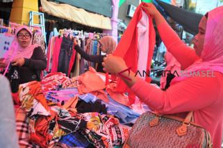 Pasar 16 ilir Palembang padat, warga berburu busana lebaran
