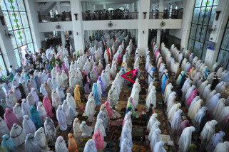 Masyarakat shalat Idul Fitri di jalur transjakarta