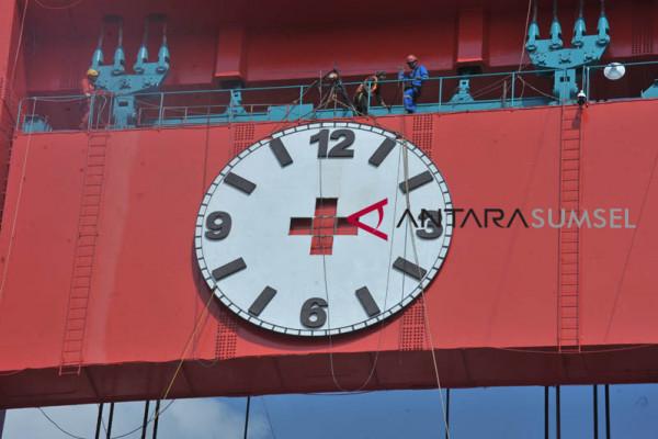 Pemasangan jam analog Jembatan Ampera