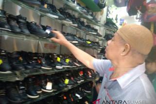 Pedagang mulai obral sepatu sekolah