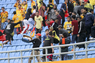 Suporter Sriwijaya FC rusak kursi stadion GSJ