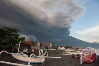 Abu vulkanik Gunung Agung berdampak hingga Jember