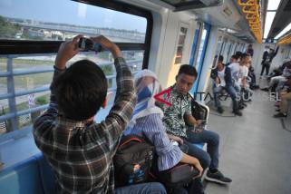 Warga luar Palembang coba naik LRT