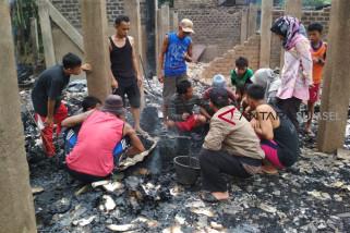 Korban kebakaran mengungsi ke rumah keluarga