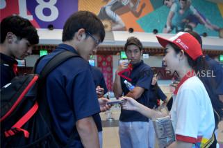 Bandara SMB II bagikan souvenir ke para atlet Asian Games