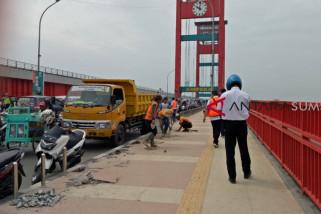 Pembatas trotoar Jembatan Ampera rusak parah