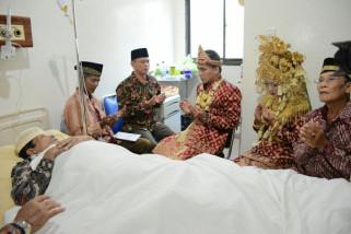 Pasangan ini menikah di rumah sakit