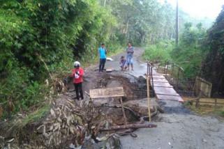 Warga pasang jembatan darurat di jalan longsor