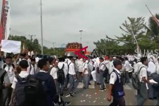 Ribuan pelajar unjuk rasa blokade Jalinsum