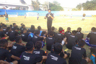 Pegadaian gandeng Indra Sjafri gelar coaching clinic